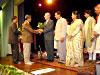 Gandhi Jayanti Berlin 2005 - Blumen für Prof. Dr. Jürgen Lütt