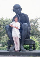 Peter Rühe in front of a Gandhi statue at New Delhi